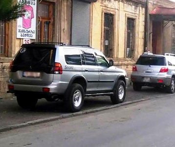 car_parking_sidewalk_tbilisi