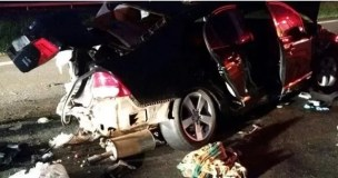 Carro onde estavam as vítimas, ficou parcialmente destruído. (Foto: Site Piranot/DiárioRP)
