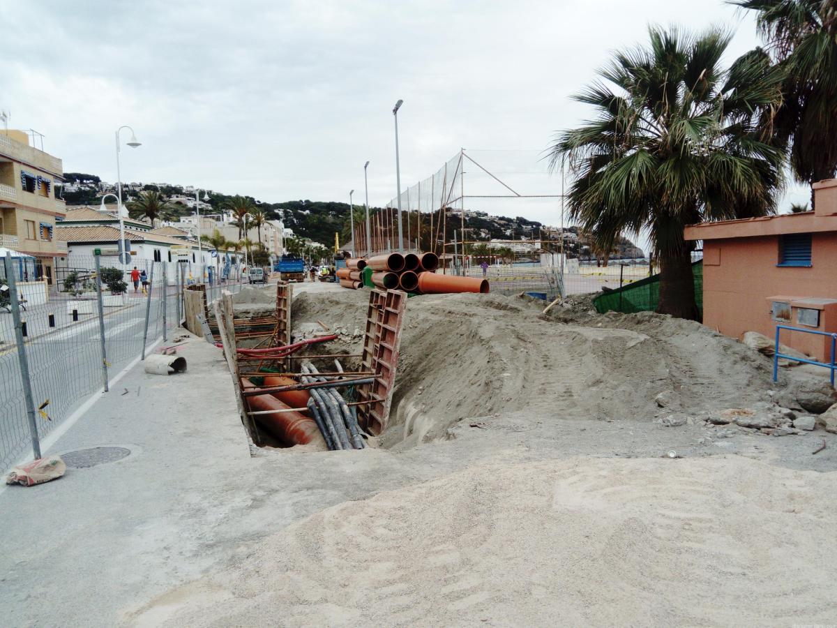 Se instalan los primeros tubos en los trabajos de canalizaciones en la playa de La Herradura