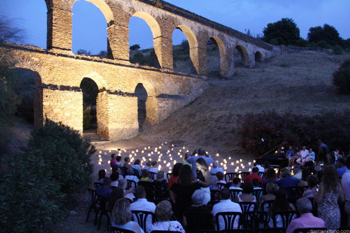 El pianista David Gómez volvió a cautivar al público con un bello concierto en el parque del Acueducto de la Santa Cruz de Almuñécar.