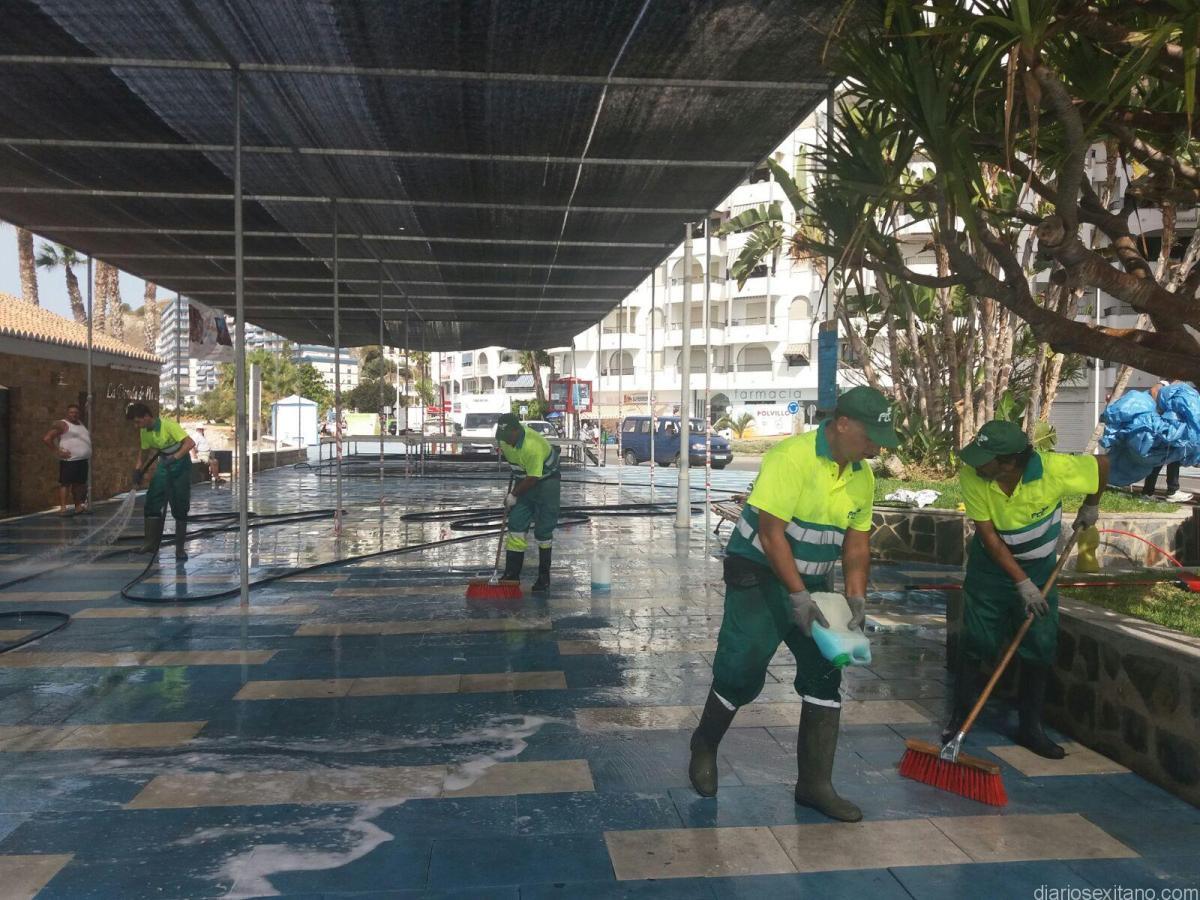 Una decena de operarios de Almuñécar se emplearon a fondo para limpiar el paseo tras las fiestas del Carmen