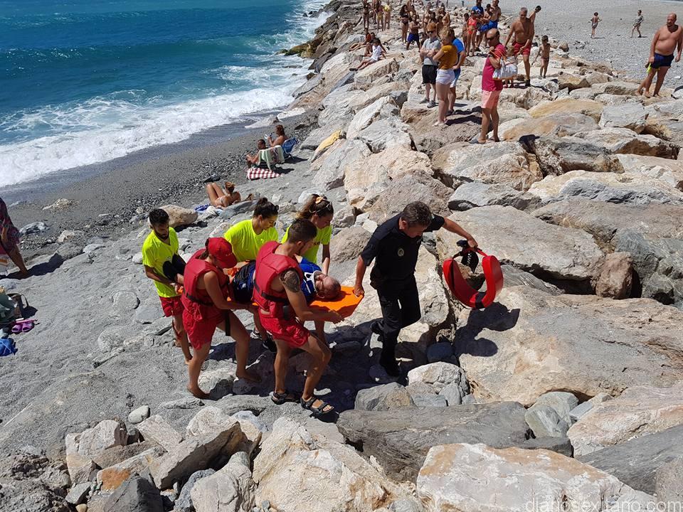 Socorristas de las playas Puerta del Mar y Velilla de Almuñécar junto a Policía Local recuperaron a pescador que cayó al agua
