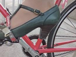 Schuh im Haken. Foto Peter Provaznik