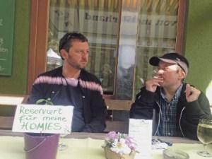 Johannes Staudinger beim Interview mit Harald Huckey Renner am Linzer Südbahnhofmarkt. Foto Rene Kobler