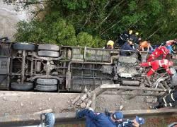 Ônibus de banda cai em arroio em Candelária com feridos e uma morte