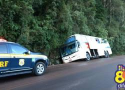 Ônibus com passageiros sai da pista na BR-470 na Serra das Antas em Bento