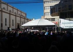 Devotos participam da missa campal na Festa de Santo Antônio