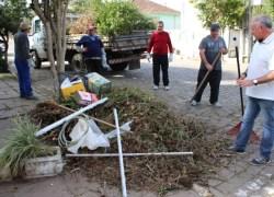 Meio Ambiente recolhe galhos e entulhos em bairros de Bento