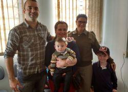 Família visita policiais que auxiliaram em parto emergencial