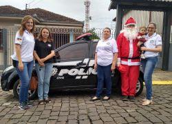 Policiamento comunitário distribui presentes natalinos em Bento
