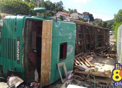 Dois ficam feridos após tombamento de carreta na ERS-444 em Bento