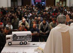 Em romaria, caminhoneiros pedem proteção a Nossa Senhora de Caravaggio
