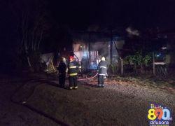 Bombeiros combatem incêndio em oficina às margens da BR-470 em Garibaldi