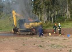 Vândalos colocam fogo em escavadeira da prefeitura de Flores da Cunha