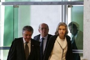 Os ministros Marco Aurélio, Gilmar Mendes e a presidente do Supremo Tribunal Federal (STF), Cármen Lúcia, durante sessão para julgamento sobre a restrição ao foro privilegiado.
