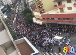 Procissão leva milhares à ruas de Bento