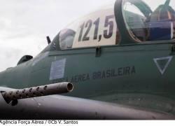 Força Aérea Brasileira intercepta avião que transportava 300 kg de pasta base de cocaína