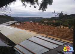 Ventos causam danos em duas escolas em Bento