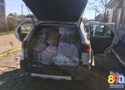 Policiais entregam donativos a criança no bairro Glória em Bento
