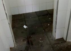 Vandalismo é registrado em banheiros da Praça Vico Barbieri em Bento