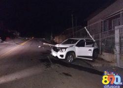 Motorista perde o controle do carro atinge postes e fica ferido no Fátima em Bento