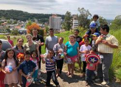 Voluntários entregam mais de mil brinquedos em bairros de Bento