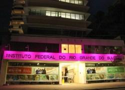 Iluminação rosa na fachada da Reitoria do IFRS conscientiza sobre o câncer de mama