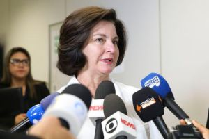 A procuradora-geral da República, Raquel Dodge, dá entrevista após visita ao Centro de Divulgação das Eleições.