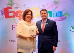 Filha de Moysés Michelon, Elaine é a primeira personalidade a receber o troféu Dom Empreendedor do CIC/BG