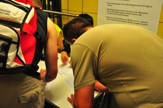 Unterschriften Tisch im U-Bahnhof