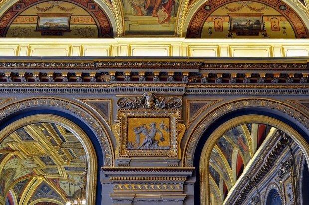 lotz terem frescos and mirrors