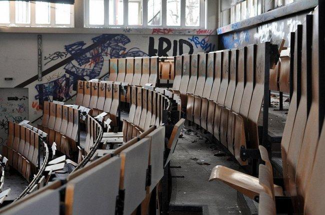 verlassener hoersaal anatomie schule berlin