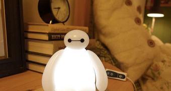 Baymax de Operação Big Hero quer iluminar o seu quarto!