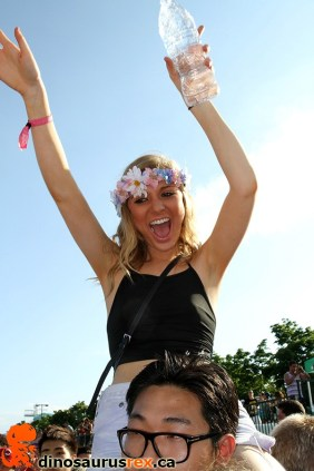 digital-dreams-2013-raver-girl-shoulders