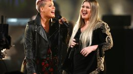 """Pink (left) and Kelly Clarkson perform """"Everybody Hurts"""" at the American Music Awards at the Microsoft Theater on Sunday, Nov. 19, 2017, in Los Angeles. (AP)"""