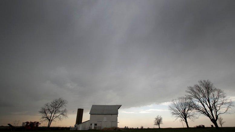 A line of thunderstorms pass over a barn near Baldwin City, Kan., Friday, April 13, 2018. (AP)