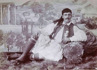 The winner of the first Modern Olympic Marathon Spyros Louis wearing his medal on the waist-coat of his fustanella, 1896 Crédito: Coleção Particular