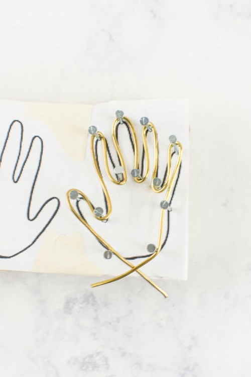 Make your own brass hand earrings with this tutorial #DIY