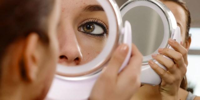 woman-lookiung-into-mirror