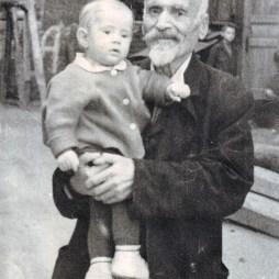 Багдасар Артемьевич Вартанов с внуком Георгием. 1950 год