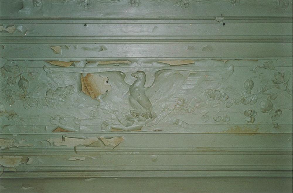 Лепной декор потолка кабинета, стилизованный под дерево. Изображение летящего орла