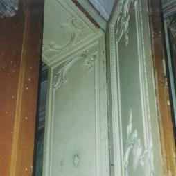 Богато декорированная дверь