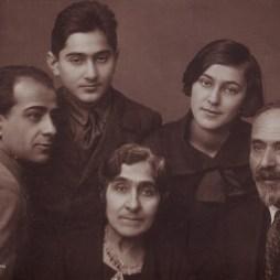 Второй слева Мелик Багдасарович Вартанов, его сестра София (Србуи) Вартанова, мать Елизавета и отец Багдасар. Москва, 1936 год