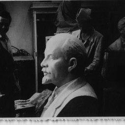 Иулиан Рукавишников (слева) в мастерской на Большой Садовой. Год неизвестен