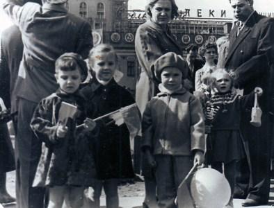 Дети Анны Георгиевны Костылевой Ольга (первая слева) и Елена (вторая) на площади Маяковского. На фоне видно здание гостиницы «Пекин». Конец 1950-х годов. Из личного архива Ольги Костылевой