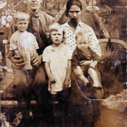Родители Анны Георгиевны Георгий Иванович Жеребцов и Мария Петровна, в девичестве Сухарева, с детьми Валентиной, Анной (в середине) и Ниной. Нина умерла маленькой от воспаления легких. Начало 1930-х годов, Москва