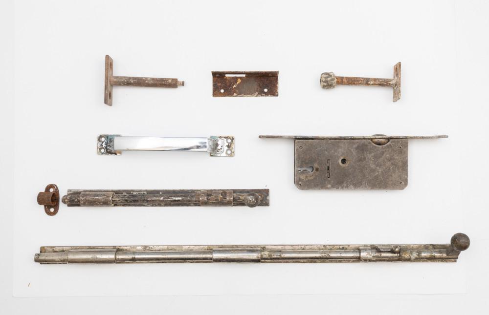 Скобяные изделия разных годов из квартиры № 5. Фотография: Иван Ерофеев