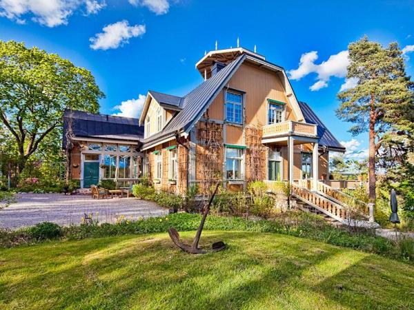 Lakeside-Country-House-in-Sweden-with-Rooftop-Veranda-scandinavian-interiors-2