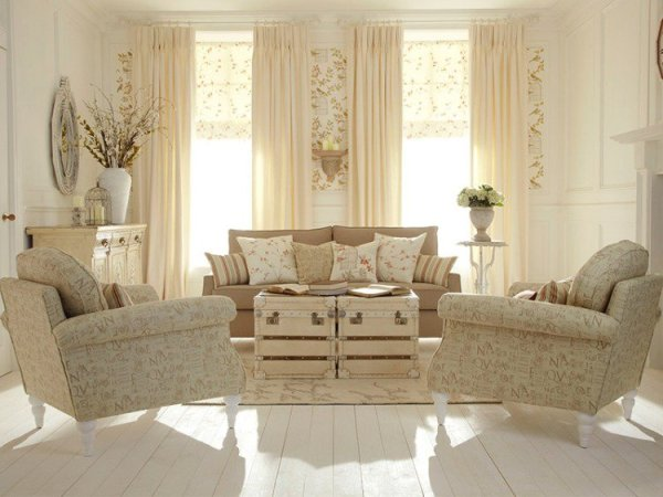 shabby-chic-style-beige-clair-rideaux-coussins-vase-blanc