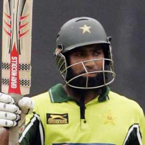 Yousuf passes Lions' captaincy to Hafeez